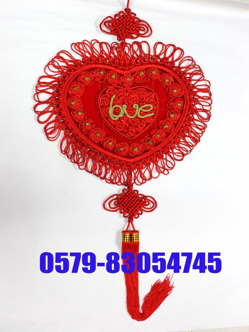 【摘要】中国结行业网(www.zgjcom.com)是一个专业的中国结,流苏,吊穗,汽车挂件,中国结配件,中国结材料的商务信息平台,致力于建立一个中国结供应商与采购商信息交换交流与信息共享利用的互动平台。它以享有驰名美誉的中国结基地浙江省义乌小商品市场为依托,面向全国。目前,中国结行业网现已成为中国结行业中全国最专业的大型中国结电子商务信息平台。中国结其实是一种古老的编织艺术,一根根五彩的丝线,悬垂在居室四周,古朴而风情流转。自然浓郁的生活气息以及吉祥漂亮的中国结,既为主人祈福来年的平安富贵,同时也体现